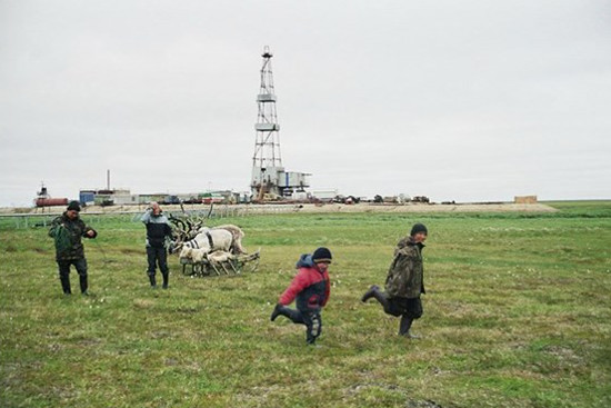 stammler-children-from-camp-2-playing-on-a-pasture-close-to-an-oil-rig-on-the-toravei-deposit-nenets-ao-barents-region-russia.jpg